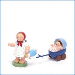 Mädchen mit Puppe und Puppenwagen